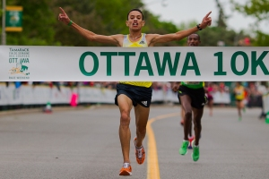 El Hassan winning the 2014 Ottawa 10k