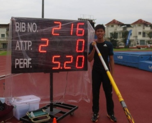 EJ Obiena during the Singapore Open where he set the then national mark of 5.20m Photocredit; DZRH